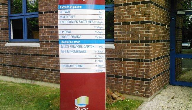 Totem exterieur.Totem scellé avec bloc béton. Totem publicitaire et informatif. Signalétique totem 94, Val de Marne.