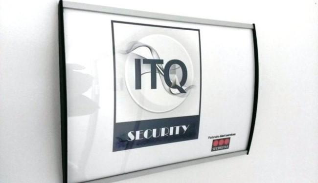 Signalétique d'entreprise. Profil aluminium anodisé galbé fixé sur porte. Etiquette amovible. Signalétique de porte avec protection.