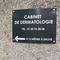 Plaque en dibond avec vinyle de découpe  Fond noir - texte blanc Fixation avec cache vis  Docteur LAMPERT Signarama Versailles