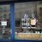 Décoration en vinyle avec découpe à la forme, collée en vitrophanie sur vitrine magasin.