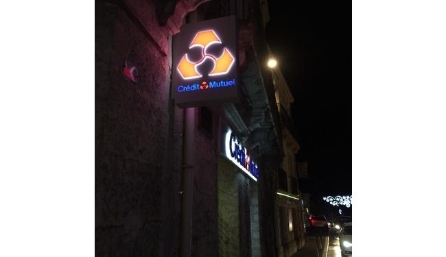 Enseigne lumineuse de banque. Caisson lumineux avec lettres en relief. Signarama Montpellier.