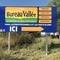 Retrouvez l'enseigne « Bureau Vallée » à Vendargues (34), spécialiste de la papeterie et de fournitures, destinée aux particuliers et professionnels. Une visibilité accrue grâce à ce panneau double face de bord de route. Signarama Montpellier