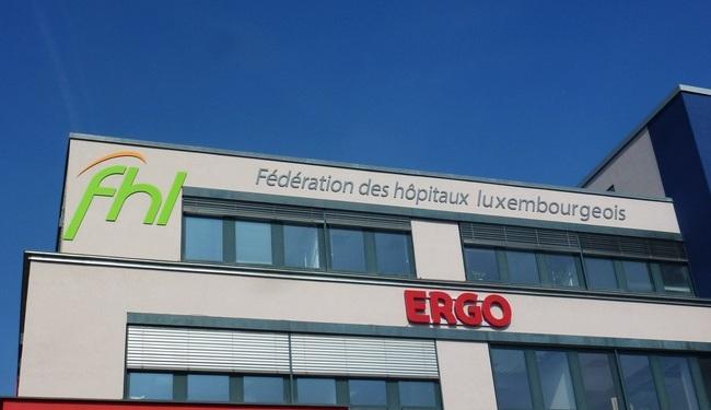 Lettre découpée en aluminium 4mm fixé avec entretoise de déport pour la fédération des hôpitaux Luxembourgeois .