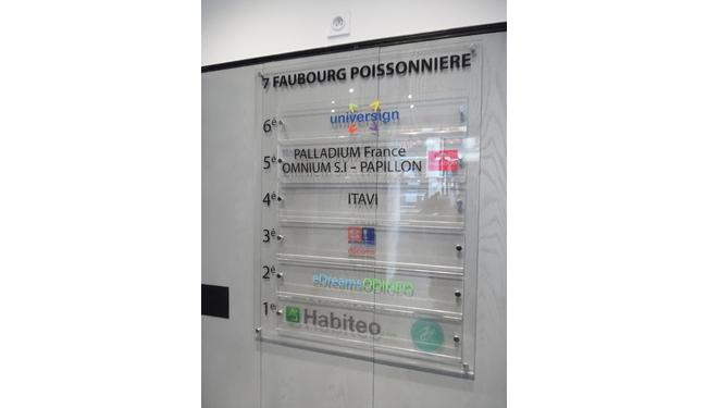 Signalétique d entrée affichage d entrée immeuble plexi suspendu logo d entreprise paris 13 un travail signarama Paris 12 0146280300