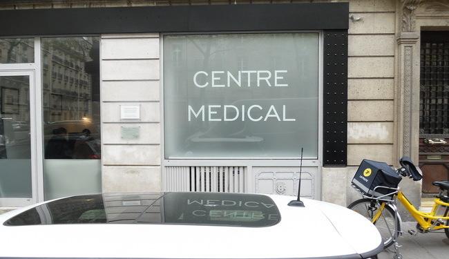 Film dépoli et lettrage en vinyle, vitrophanie laboratoire médical 75116 paris Signarama Paris 12