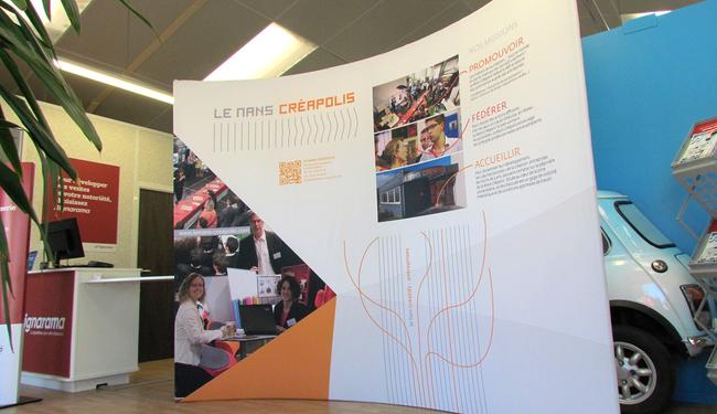 Fond de stand courbe, textile imprimé-Le Mans, Sarthe