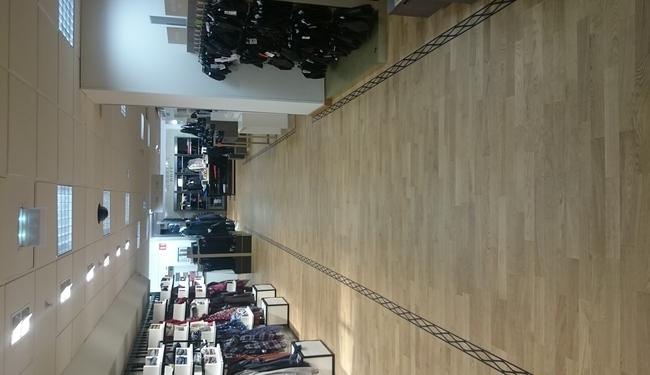 Réalisation et pose par SIGNARAMA Bordeaux Lac d'une frise en adhésif anti dérapant pour marquer les espaces ventes d'une grande surface.