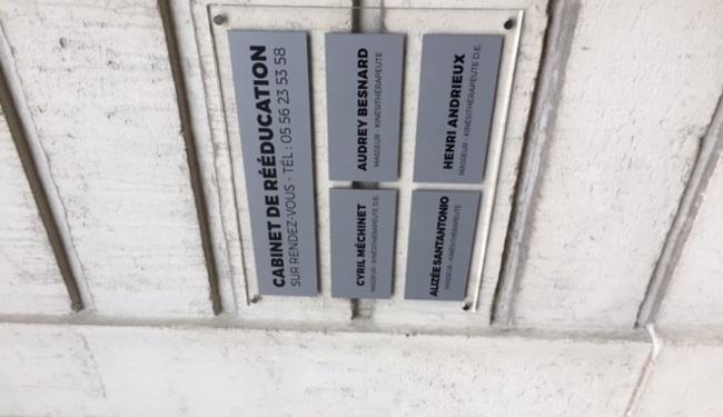 Réalisation et pose d'un panneau enseigne plaque plexi- Signalétique et identité visuelle - Panneau, enseigne, adhésif- Signarama Bordeaux Lac - Devis et tarifs : bordeaux-lac@signarama.fr - 05 56 10 48 26